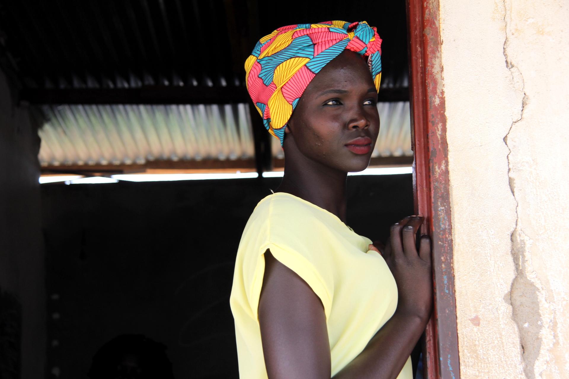 Manuela Modong ist Aktivistin im Südsudan und klärt Mädchen über den weiblichen Körper auf. Im normalen Unterricht lernen Mädchen darüber normalerweise nichts. Hier steht Manuela an der Klassenzimmertür einer Schule in Juba.