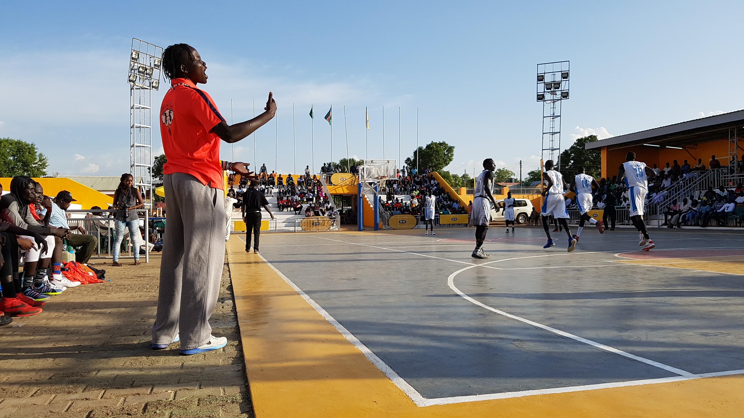 Susana ist Südsudans erste weibliche Basketballtrainerin. Hier feuert sie ihr Team während eines Halbfinales an.